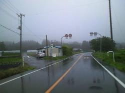 神尾バス停付近の三叉路を竜山に向かう