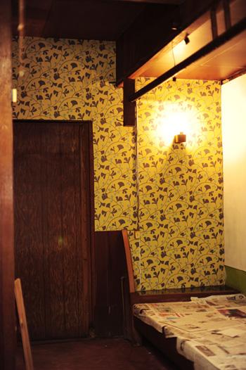 立町スタヂオの壁紙貼り作業