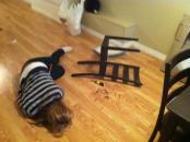 IKEAで購入したイスを組み立てた、自分のいとこが恥じている画像