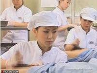 コンドーム工場で手コキ射精で耐用試験を行う従業員のお姉さん