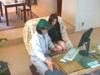 エッチ大好きな妻!浮気を疑う夫の盗撮した映像には、PC業者を誘惑してセックスする妻の姿が!