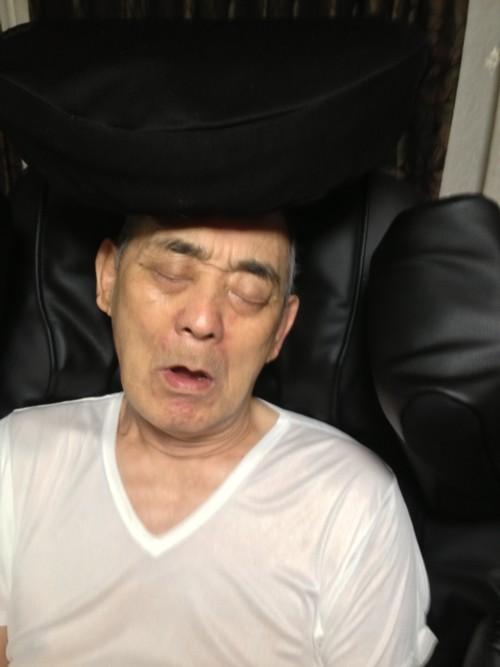 マッサージ機に乗って寝てしまっている。