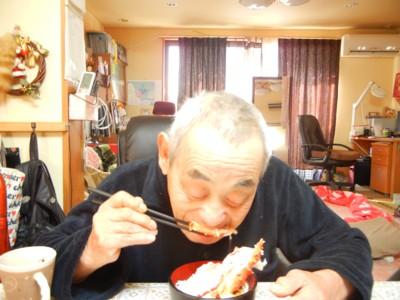蟹入り雑煮を食べるサトシさん