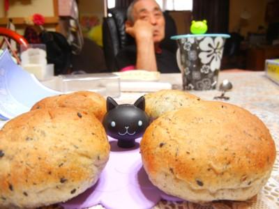 サトシさんがごまパンを作ってきたよ!!!