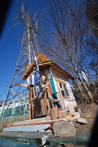 小屋と鉄塔
