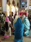 教会で祈る女性(コーチン)