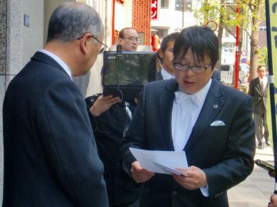 写真キャプション=申入書を読み上げる「在特会」の桜井誠会長