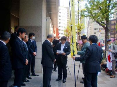 写真キャプション=申入書の内容を聞く佐藤事務局長ほか日遊協関係者