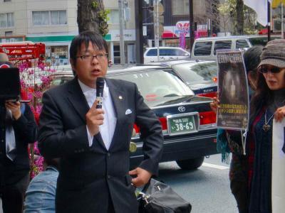 写真キャプション=申し入れが終わった後で、「在特会」の要求を街頭で説明する桜井会長