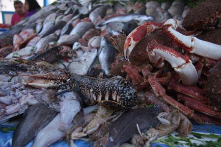 グリル屋台の前の魚介類