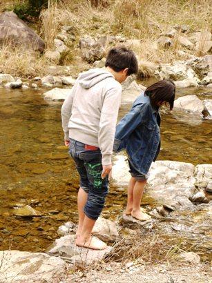 息子&娘川へ入る