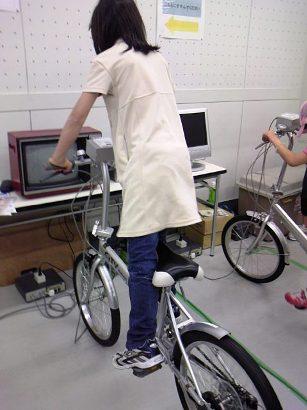 自転車をこいで電気発電