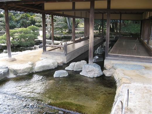 建物の中を川が…