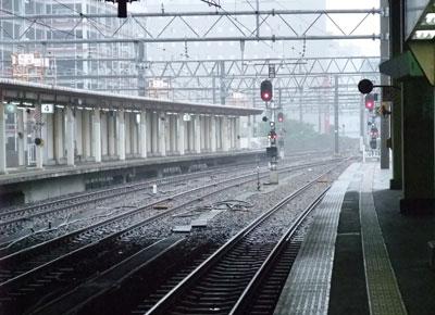 小雨の金沢駅のプラットホーム
