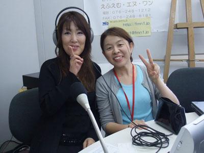 えふえむ・エヌ・ワンのスタジオで・音声さんと谷口アナ