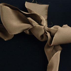 スモーキークオーツとシルクのネックレス