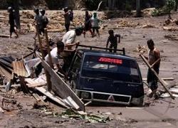satu_unit_mobil_terendam_lumpur_akibat_banjir_bandang_110315135649ボルネオ島