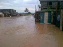 A-flooded-street-at-Aboru-yesterday.-Photo..-Yisa-Jamiu-448x336ナイジェリア
