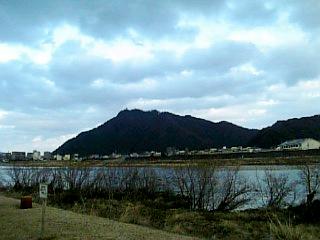 長良川沿い徒歩通勤_金華橋からの金華山_01
