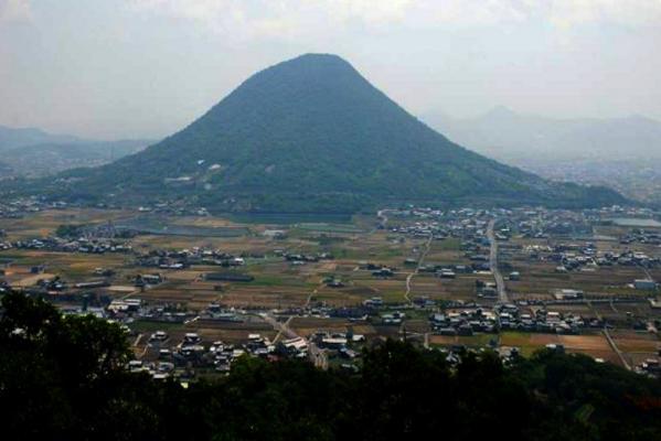 青野山駐車場から飯野山