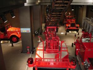 1Fに続く階段からB1Fのクラシックな消防車を眺める