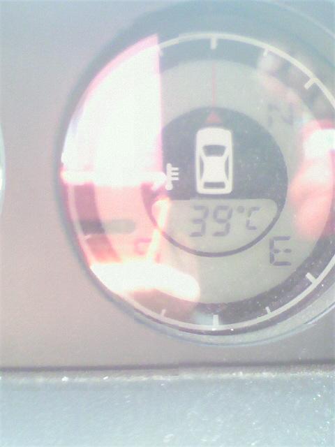 車の温度計39度