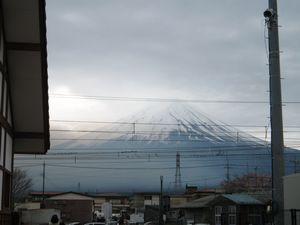 河口湖駅の脇からみた富士山