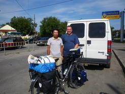 12無事にウクライナへ サーシャの車から自転車を降ろしたところ_サイズ変更