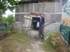 23井戸で水を汲ませてもらう_サイズ変更