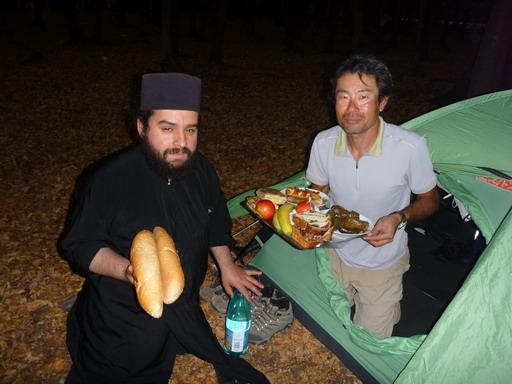 101修道士のクリスとフォールが夕食を持ってきてくれた_サイズ変更