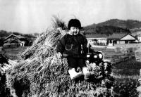 DC2-02-2すずみで遊ぶ童女(日進市・昭和41年)提供=大浦寿枝氏_convert_20101104162157