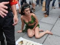 北京の街中に古代から来た伝説の女神といい張る葉っぱビキニの美女現る