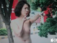 女性が元カレの会社の前で全裸になり自分の首にナイフを突きつけ絶叫 [中国]