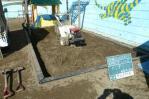 砂場の周りを掘る