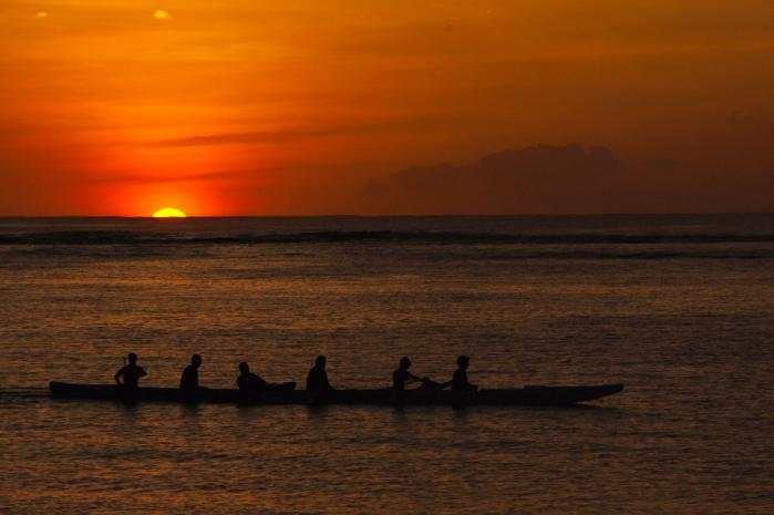 夕陽に照らされて神秘的なシルエットになったカヌー(カヤック)