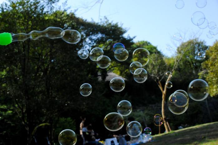 楕円形から真円に変化するシャボン玉