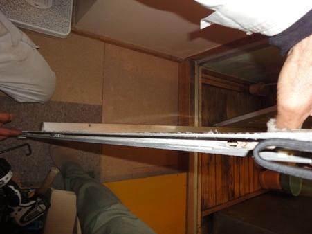 浴室アルミ引き戸の戸車交換