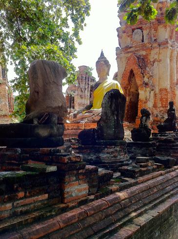 ワット・プラ・マハータート頭部のない仏像