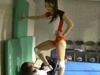 【M男】 セクハラコーチにブチ切れ暴行!長身女性アスリートにボコられるチビ男コーチ!